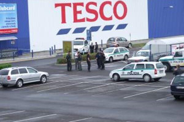 V žiarskom Tescu dnes ráno 45-ročný muž nahlásil bombu.