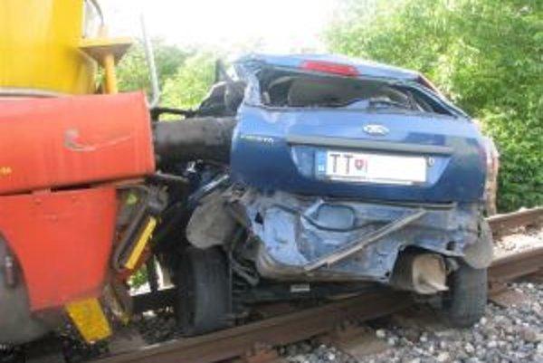 Zrážka s vlakom. Vodič aj jeho spolujazdkyňa ju zázračne prežili.