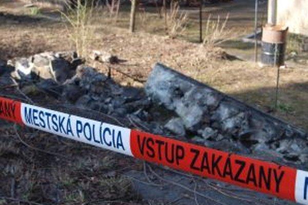 Na Ulici ČSA v Kremnici spadol oporný múr dlhý viac ako tridsať metrov.