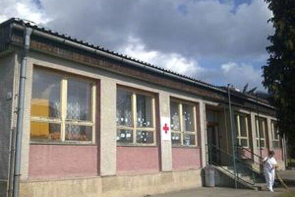 Bývalá škôlka v Slaskej. Momentálne v nej sídli Červený kríž. V týchto dňoch na nej vymenia všetky okná a dvere.