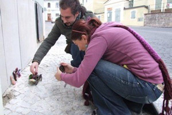 Dvaja zo súťažiacich štiavnického Fotomaratónu v uliciach mesta.