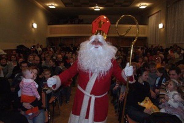 Mikuláš prišiel pozdraviť deti do Ladomerskej Viesky.