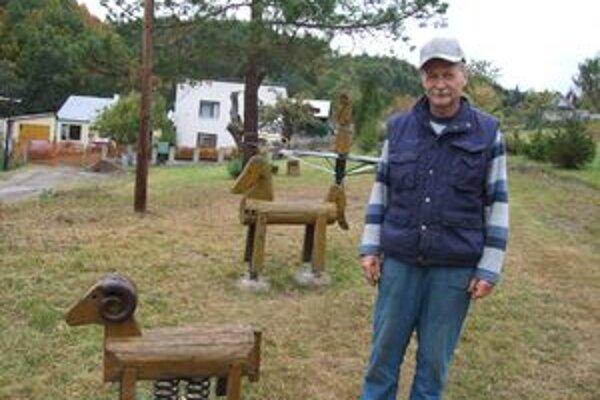 Štefan Šály. Na detskom ihrisku, kde so svojimi susedmi inštaloval vlastnoručne vyrezané zvieratká.