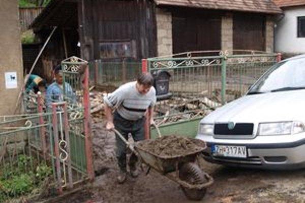 Šášovčania už od včera z dvorov vynášajú bahno a blato.