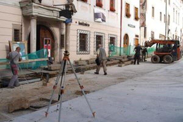 Práce na projekte obnovy Štefánikovho námestia v historickom centre Kremnice meškajú.