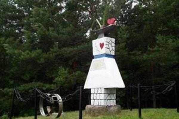 Pomník starých mládencov. Kuriózna atrakcia láka do obce turistov.