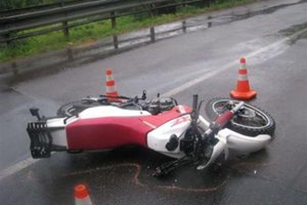 Motorkár nehodu neprežil.