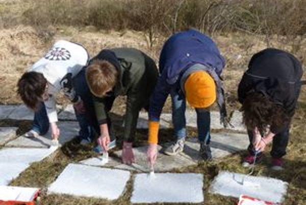 Študenti nápis očistili a natreli nanovo.