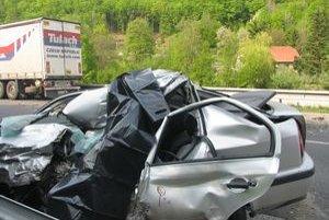 Zdemolované osobné auto. Jeho vodič na mieste nehody zomrel.