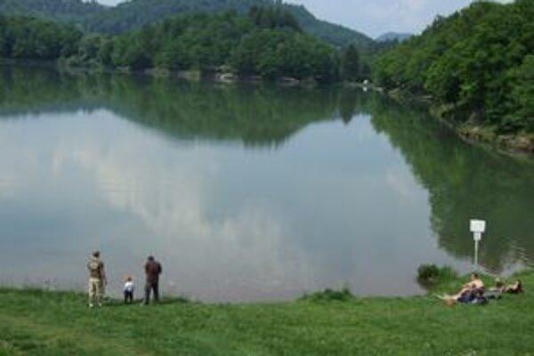Jazero Počúvadlo. Patrí k najobľúbenejším a najnavštevovanejším v banskoštiavnickom okrese.
