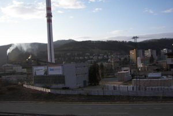 Sporné pozemky. V súčasnosti má na nich postavené svoje budovy spoločnosť Knauf Insulation.Kameňom úrazu sú dane z priemyselných stavieb. Chce ich mesto aj susedná obec.