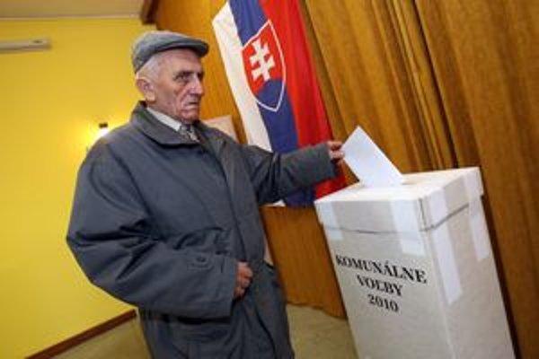 Na priebeh volieb sa na ústavnom súde sťažujú viacerí.
