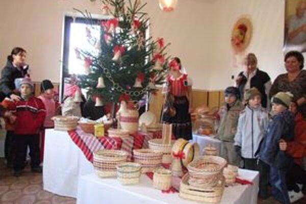 Na výstavu košíkov sa prišli pozrieť aj deti z materskej školy.