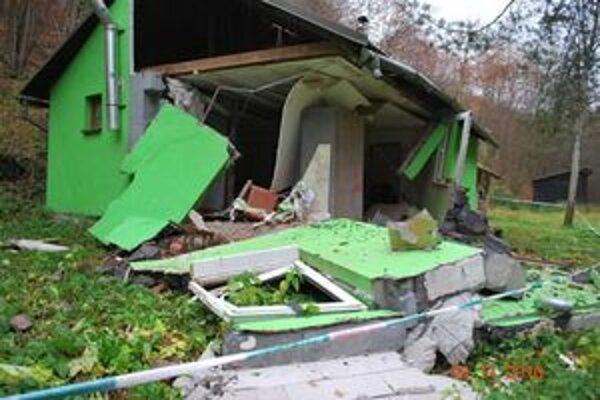 Poľovnícka chata po pondelňajšom výbuchu.