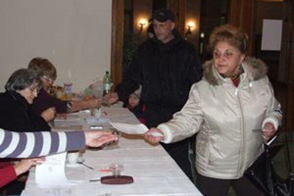 Účasť v Žiari nad Hronom odhaduje obvodná volebná komisia do štyridsať percent.