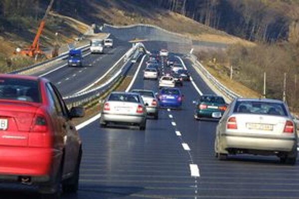 Rýchlostná cesta R1 je zjazdná len po Lehôtku pod Brehmi. Ukončenie ďalšej etapy komplikujú problémy s nestabilným svahom.