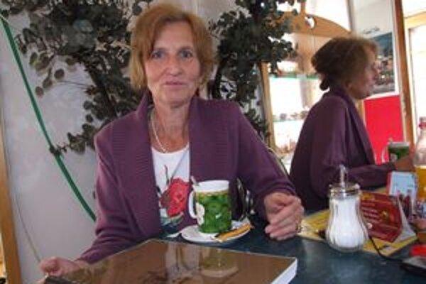 Helga Niklesová s nárečovým slovníkom, ktorý venovala svojim predkom.