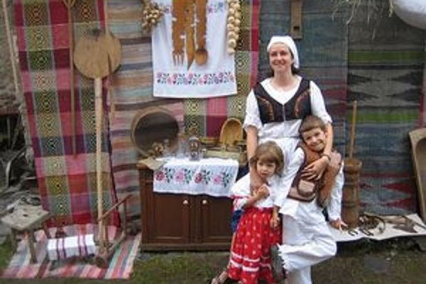 Eva Mikušková z pekárskeho dvora so svojimi ratolesťami.