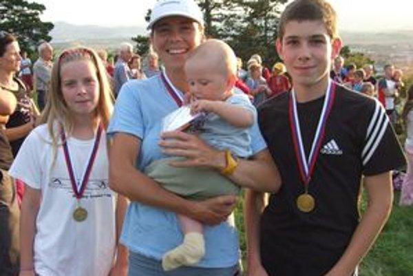 Katarína Drahovská s tromi zo svojich šiestich ratolestí.