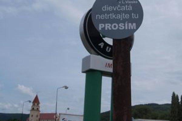 Značku zaplatil miestny podnikateľ. Prostitúcia na Priemyselnej ulici je podľa neho veľkým problémom.