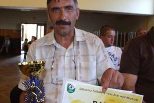 Kamil Blaho s pohárom pre víťazov dorasteneckej súťaže.