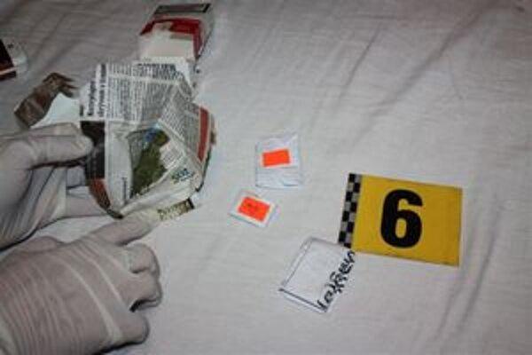 Vyšetrovatelia objavili v izbe konope, ale aj fajku a upravenú pet-fľašu, takzvané bongo, na fajčenie drogy.