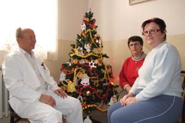 Klinický psychológ Jindřich Cupák s pacientkami.