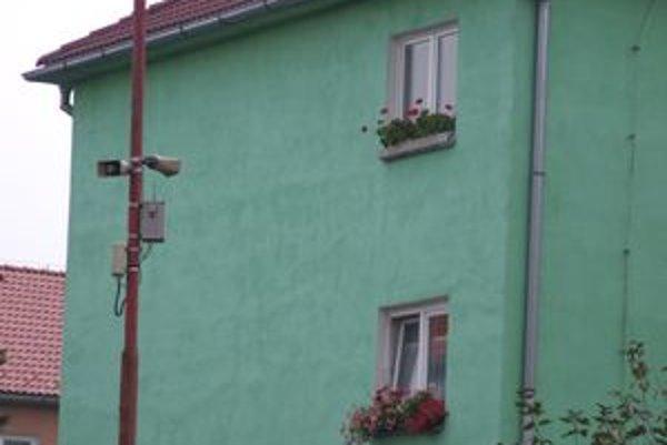 Tým, čo majú mestský rozhlas v  blízkosti okien, jeho vysielanie prekáža.