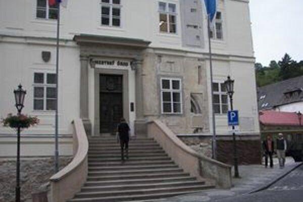 Pri vchode do radnice objavili gotický portál.