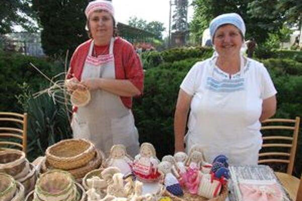Zuzana a Anna Holé prezentujú svoje výrobky najmä na jarmokoch ľudových remesiel.