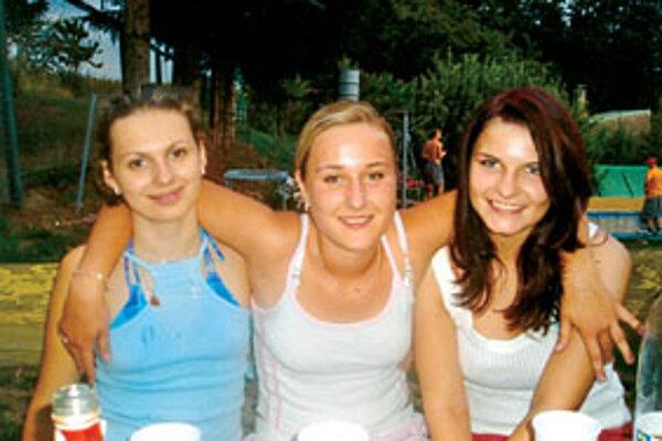 S priateľkami Katkou a Lenkou v čase, keď sa zo života tešila. Petra na fotografii vpravo.