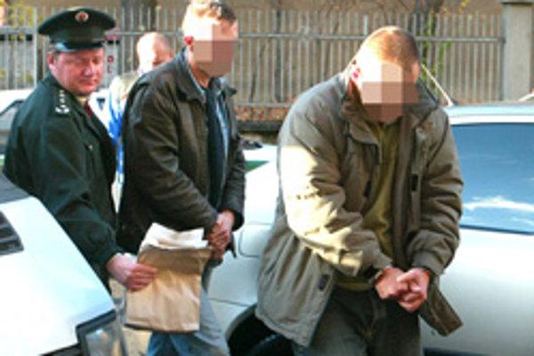 Pätnásť ľudí podozrivých z obchodovania s drogami odvádzali v putách po domových raziách policajti.