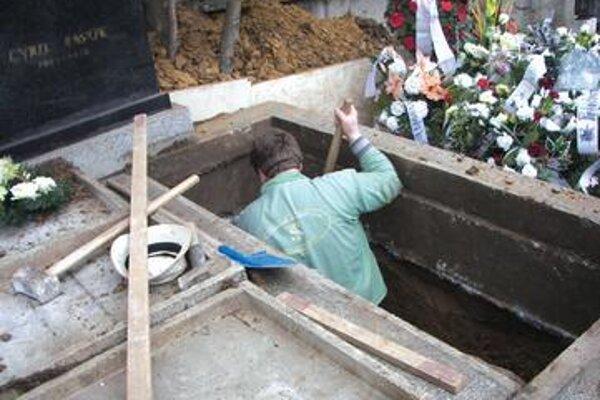 V pôvodnom cintoríne povhovávajú už len do hrobov príbuzných.