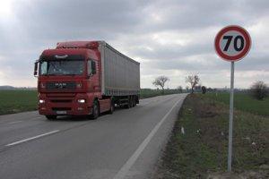 Dechtice, Kátlovce, Dolné Dubové a Špačince sa zmenili na tranzitné obce. Kamióny vozili kameň na spevnenie Kráľovej.