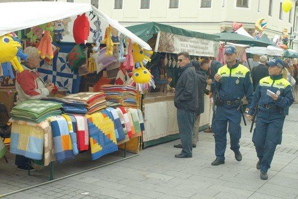 Na žiadosť mestského úradu kontrolovali policajti aj stánkarov.