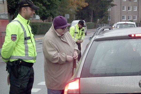 Vodiči, ktorí figurantovi dali prednosť, dostali voňavý prívesok do auta.