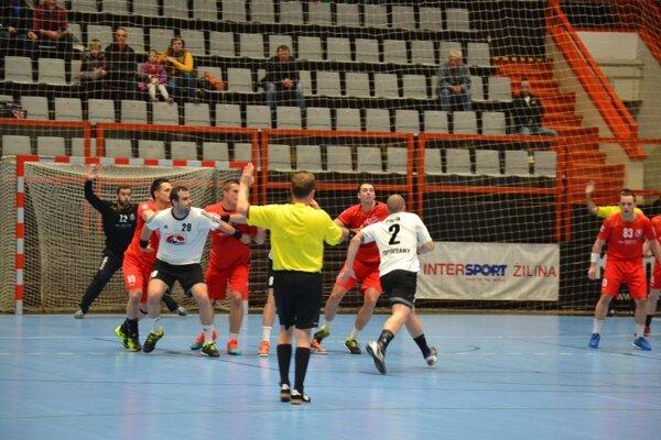 Pov. Bystrica (v červenom) stratila dobre rozohraný zápas s Topoľčanmi.