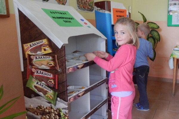Žiaci si z automatov mohli vybrať zdravé nátierky, energetické šaláty a ovocie.