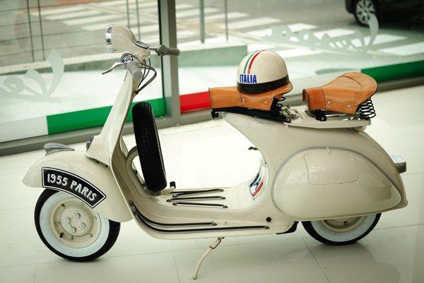 Vespa ACMA PARIS, rok výroby 1955. Dvojmiestna, luxusnejšia verzia Vespy, licenčne vyrábaná vo Francúzsku. Vzduchom chladený jednovalec s objemom 125 cm3, ručné 3-stupňové riadenie na ľavej strane riadidie prepojené so spojkovou pálkou.