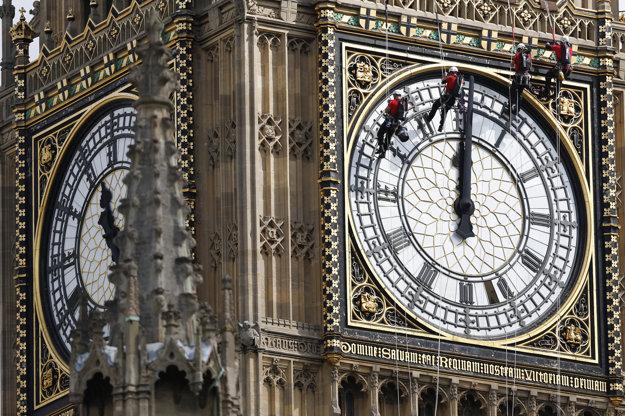 Ciferník hodín na Alžbetinej veži Westminsterského paláca pravidelne musia umývať pracovníci zavesení na horolezeckých lanách.