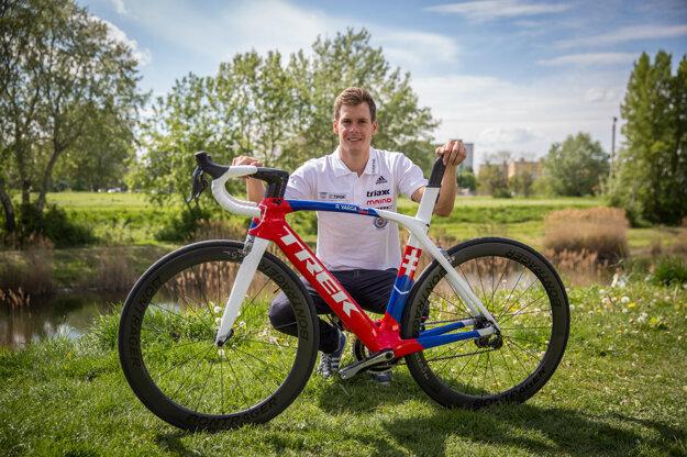 Richard Varga pózuje s novým bicyklom.