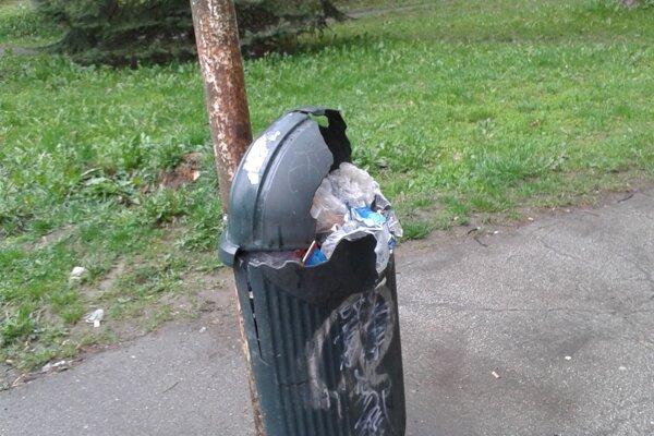 Zničený smetný kôš.