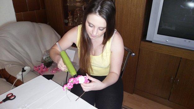 Miriam pri výrobe čelenky.