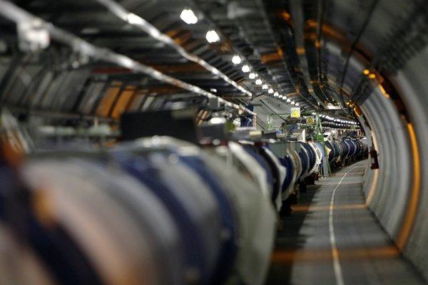 Vo Veľkom hadrónovom urýchľovaci nechali po prvýkrát obiehať zväzky atómov s elektrónmi.
