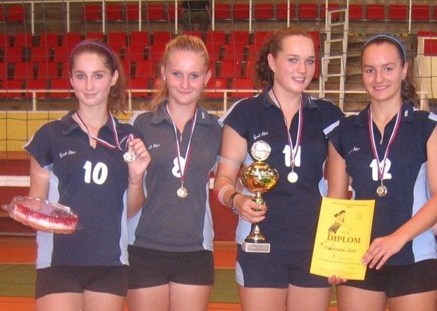 Foto z turnaja v roku 2011 v Žiline za 1. miesto zo 16 družstiev (Lucia tretia zľava v drese Čadce)