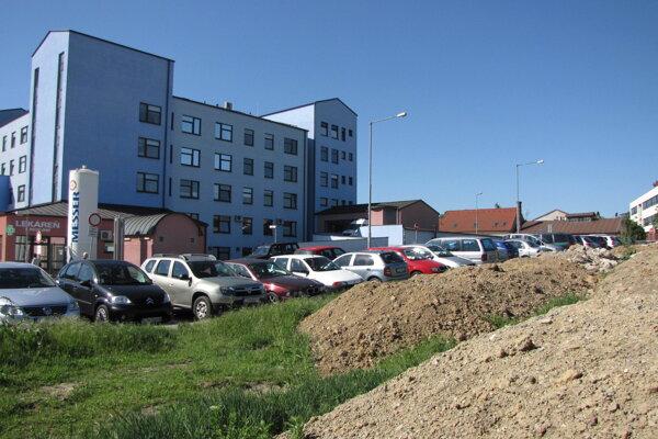 Na tomto mieste pred nemocnicou by mali pribudnúť parkovacie miesta.