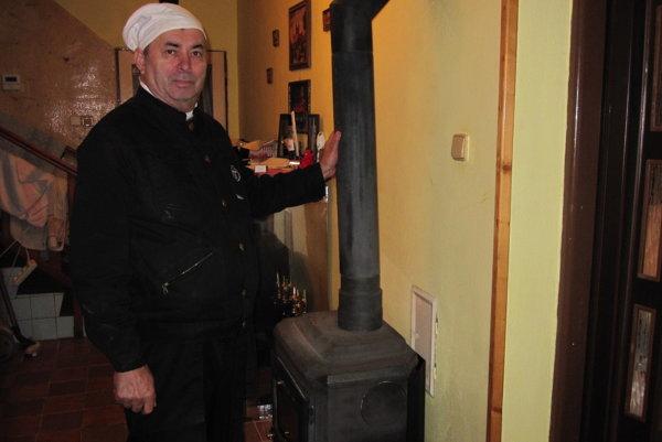 Majitelia rodinných domov si na kominára spomenú, až keď začne vykurovacia sezóna.