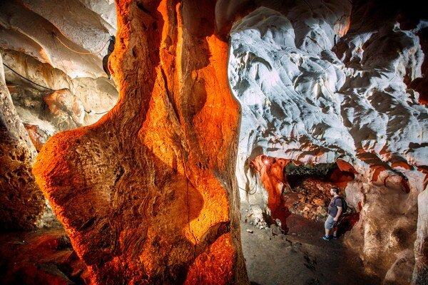 Jaskyňu Karain si môžete vychutnať osamote. Denne sem príde 50 turistov.