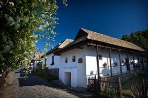 V Hollókő, živom múzeu, zažijete tradičný život v maďarskej dedine.