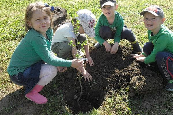 Deti Počas Dňa Zeme sa deti venovali rôznym aktivitám spolu s rodičmi.